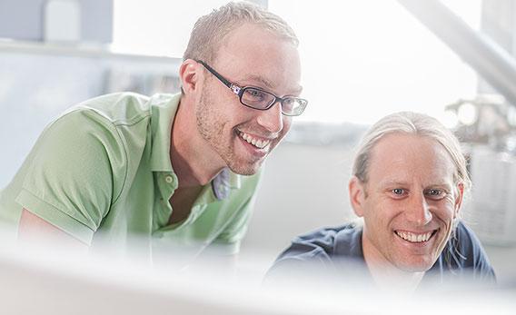 Zwei Kollegen lachen gemeinsam